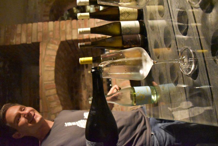 Vinař Jiří Uherek prezentuje svá vína pro Víno-klub