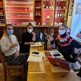 Holky z Víno-klubu Vám přejí krásný víkend s krásnými víny. Počasí vínu přeje❤️🥂, tak si hezky odpočiňte👋