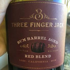 Na tohle víno jsme se tak těšili, že jsme Vám ho dali na web i bez fotky a popisu😂 Červené kalifornské 🇺🇸 cuvée 3 Finger Jack, 2018, které zrálo v sudech po rumu! Pronikavě voní po vanilce a červeném ovoci,  na patře pak cítíte záplavu vyzrálých červených bobulí, sladké vanilkové, toastové tóny a teplé třísloviny!❤️🍷❤️🍷 #3fingerjack #californiaredblend #redwine #americanwine #vinoklub #winebottle #winemoments #vino #cervenevino #dobrevino