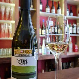 Co právě pijem?---> První rakouský Vlašák, který vám ve Víno-klubu nabízíme, a moc nás zajímá, jak vám bude chutnat🌟🌟🌟 link (obligátně) v biu;) #weinwurm #wine #vino #ryzlinkvlassky #austria #austrianwine #niederösterreich #winebottle #vinoklub #winemoments