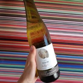 """Veronika do firemního chatu (necenzurováno):   """"Holky, ale to je úplně boží víno ten Ryzlink a za tu cenu!!! Má takovýto, že jeden doušek nestačí a nutí tě napít se a užít a zkoumat si to znovu... Minerální a šťavnatej. Zralá jablíčka, hrozny, citrusy. Brnká na jazyku!""""  KENDERMANNS RIESLING KALKSTEIN 2019  Dnes a zítra za 159 Kč (sleva 20%) (Link v biu!👍)"""