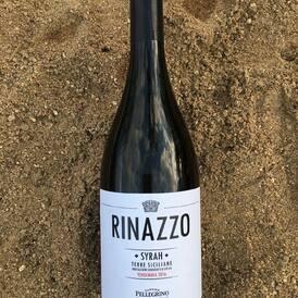 Taky je vám trochu zima? Tento sicilský Syrah od Carla Pellegrina má kromě krásných černobobulových tónů v chuti příjemné teplé třísloviny (stejně jako Primitivo🍷). Pochází z horkého, téměř pouštního kraje, Rinazzo na západní Sicílii! Najdete ho spolu s dalšími 5 Syrahy/Shirazy v kolekci Syrah vs. Shiraz ---> link v biu;)  #syrah #shiraz #redwine #rinazzo #pellegrino #sicily #sicilie #desert #wine #vino #cervenevino #winemoments #vinoklub #sixpack