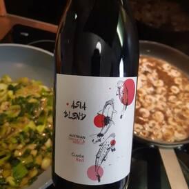 Červené víno v receptech elegantně nahradí hovězí, telecí nebo (v asijských receptech) vepřový vývar. Víno z modrých odrůd má místo všude tam, kde chcete zdůraznit rovnováhu mezi ovocnou a kyselou chutí. Třísloviny se při vaření zkoncentrují, takže je lepší vybírat vína s nižšími tříslovinami - dobrá, vyvážená, se středním až plným tělem.   S jakými víny výhradně vaří šéfkuchař od Roberta Mondaviho? ---> všechno o vaření s vínem se dozvíte v našich Vínovinách📰 (link v Biu)  #vino #weinwurms #cervenevino #varimeslaskou