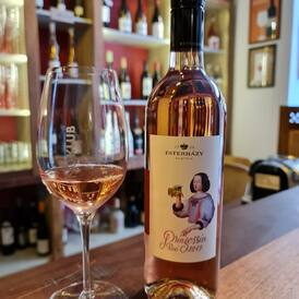 Náš růžový tip na Babí léto -  po prvním napití si vybavíte chuť přezrálých jahod, které rostou na rozpálené kamenné zídce, pak už chuť ovládne mineralita🍓  Princezna z našeho nového vinařství ESTERHÁZY (Falstaff ***) v Burgenlandu (RAK) 🇦🇹  Najdete ji v nové Best of kolekci v Biu;)  A ochutnat ji můžete u i nás v baru v Benediktské. Těšíme se na Vás! ❤️  NA ZDRAVÍ!🌟🍓🍷